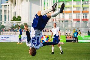 Cú penalty 'lộn cầu vồng' trên sân cỏ nước Nga