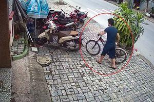 Thanh niên đi xe máy trộm xe đạp