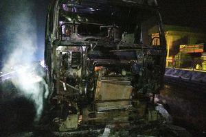 Xe container bốc cháy dữ dội khi đang lưu thông
