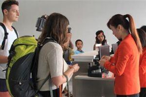 Nhân viên vệ sinh sân bay cầm nhầm túi nữ trang