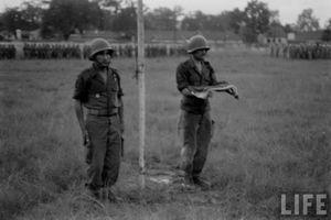 Cận cảnh lính Pháp cuốn cờ rút khỏi Hà Nội năm 1954