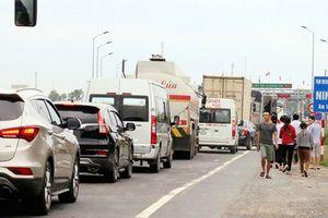 Trạm thu phí BOT Ninh Lộc lại phải xả trạm vì ách tắc