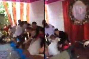 Sân khấu đám cưới bỗng đổ sụp làm hai họ ngã 'sấp mặt' trong khoảnh khắc trọng đại