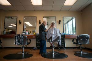 Thợ hớt tóc già nhất thế giới