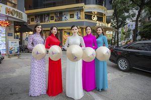 Hoa hậu hòa bình Pháp 2017 Sonia Mansour diện áo dài, đội nón lá trên đường phố Sài Gòn