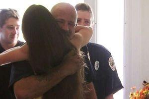 Câu chuyện chạm tới trái tim của cô gái trẻ tình nguyện trả tiền cho 2 chàng lính cứu hỏa