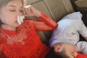 Cô dâu mũi bịt đầy khăn giấy, tai đeo túi nilon vì say xe vẫn tạo dáng selfie khiến dân tình thích thú