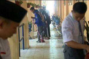 10 ngày sau thảm họa kép động đất, sóng thần: Học sinh Indonesia dọn dẹp trường - trở lại lớp học