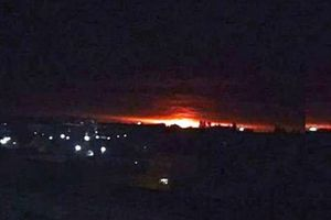 Bầu trời rực lửa khi nổ kho đạn tại Ukraine, hơn 10.000 người sơ tán