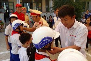CSGT vào trường tuyên truyền luật giao thông cho học sinh miền núi