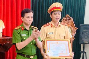 Khen thưởng CSGT cởi áo cầm máu cho người bị TNGT