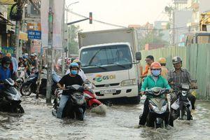 Triều cường đạt đỉnh, nhiều xe chết máy giữa dòng nước ngập ở TP HCM
