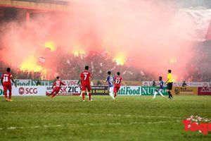 Liên đoàn bóng đá Việt Nam nhận phạt 'nóng' vì pháo sáng