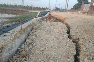 Vân Côn (Hoài Đức): Đường chưa làm xong đã sạt lở, đổ ụp xuống ruộng