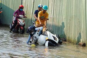 TPHCM: Người dân khốn khổ lội nước, dự án ngăn triều nghìn tỉ 'đắp chiếu'