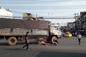 Va chạm với xe tải, một cụ ông bị tai nạn thương tâm trên quốc lộ 1