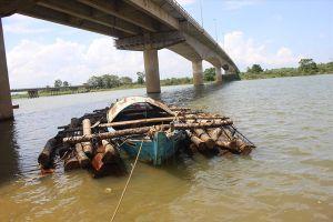 Bị truy đuổi, lâm tặc thả gỗ giữa sông để tháo chạy