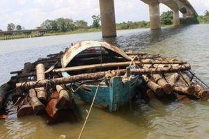 Thấy cảnh sát, lâm tặc vứt gần 9 khối gỗ xuống sông rồi tẩu thoát
