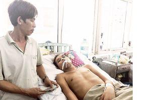 Trao tiền bạn đọc Báo SGGP giúp một người nghèo gặp nạn tại Bình Định