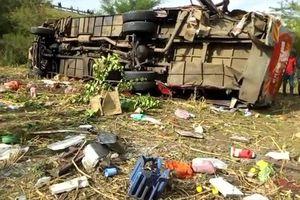Xe buýt văng khỏi đường khi lao dốc, 50 người mất mạng