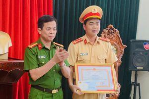 Đại úy CSGT cởi áo cầm máu cho người được tặng giấy khen