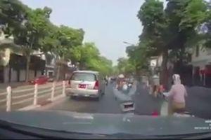 Chạy xe trước đầu ô tô, nữ 'Ninja Lead' bị tông suýt ngã ngửa trên phố