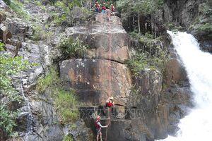 Bỏ nấc nhảy 11 m từ đỉnh thác Datanla Đà Lạt