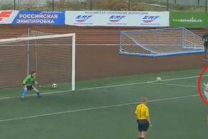 Pha đá penalty 'khác người' chỉ có trong...truyện tranh