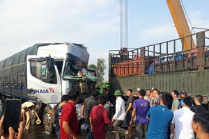 Xe tải đâm đuôi rơ moóc, người dân phá cửa đưa tài xế tới bệnh viện