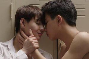 Bí mật đằng sau nụ hôn thần thánh của Perth Tanapon và bạn trai trong bộ phim đam mỹ 'Love by chance'