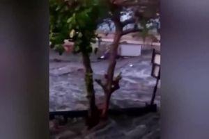Video kinh hoàng về khoảnh khắc sóng thần tấn công Indonesia