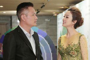 Hoa hậu Jennifer Phạm mặc đầm dạ hội xuyên thấu tình tứ nam tay chồng đi sự kiện