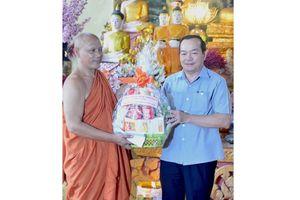 Cà Mau: Thăm, chúc mừng đồng bào Khmer nhân dịp lễ Sene Dolta