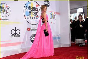Ở tuổi 49, Jennifer Lopez vẫn tự tin diện đầm cắt xẻ khoe chân dài