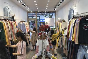 Người dân Hà Nội đổ xô đi mua quần áo rét ngày lạnh đầu mùa