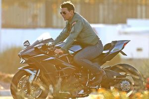 Tom Cruise lái xe phân khối lớn, phong độ hết cỡ ở tuổi 56
