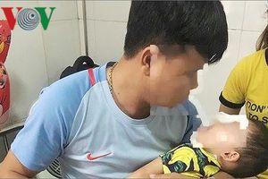 Bị chó nhà nuôi tấn công, bé trai 2 tuổi tổn thương vùng mặt