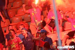 CĐV Việt Nam vô văn hóa đốt pháo sáng trên khán đài, VFF bị phạt gần 300 triệu đồng
