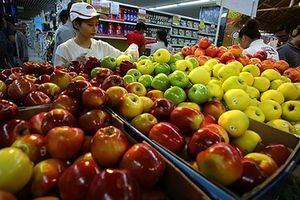 Vì sao trái cây nội rẻ bèo, dân vẫn xếp hàng đi mua quả ngoại?