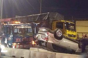 Ôtô 7 chỗ lật ngửa trong đêm ở Sài Gòn, 4 người thoát chết
