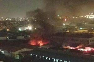 Hà Nội: Cháy dữ dội tại khu nhà xưởng ở phường Việt Hưng trong đêm