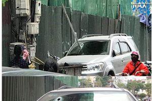 Hà Nội: Kinh hãi thanh sắt lớn rơi chọc thủng kính ô tô