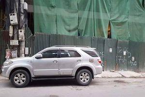 Hà Nội: Thanh sắt dài 3m từ công trường trên đường Trần Duy Hưng rơi xuyên thủng xe ô tô