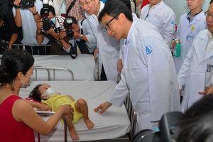 Phó Thủ tướng thị sát bệnh nhi tay chân miệng tại Bệnh viện Nhi Đồng 1