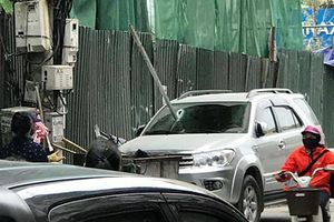 'Khiếp vía' thanh sắt dài 3 mét rơi thủng kính ô tô ở Hà Nội