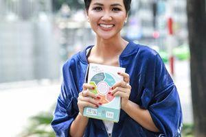 Hoa hậu H'Hen Niê xuống đường bán sách trong thời tiết mưa bão