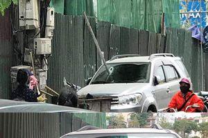 Hà Nội: Thanh sắt rơi từ công trình xây dựng xuyên thủng ô tô, tài xế may mắn thoát chết