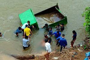 Lùi xe ô tô tự chế xuống suối, tài xế 17 tuổi tử vong