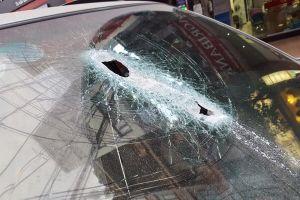 Hà Nội: Thanh sắt rơi từ công trường xuyên thủng kính ô tô