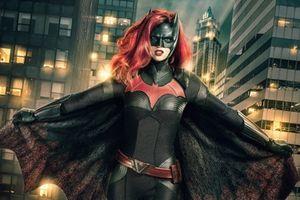 Hé lộ tạo hình của nữ siêu anh hùng đồng tính đầu tiên